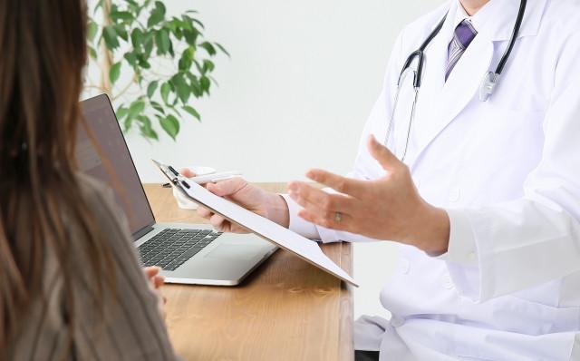 医師と女性患者
