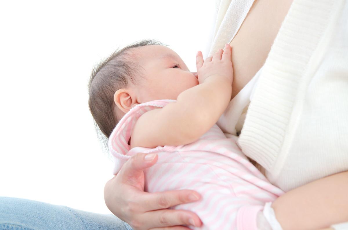 赤ちゃんに授乳している様子