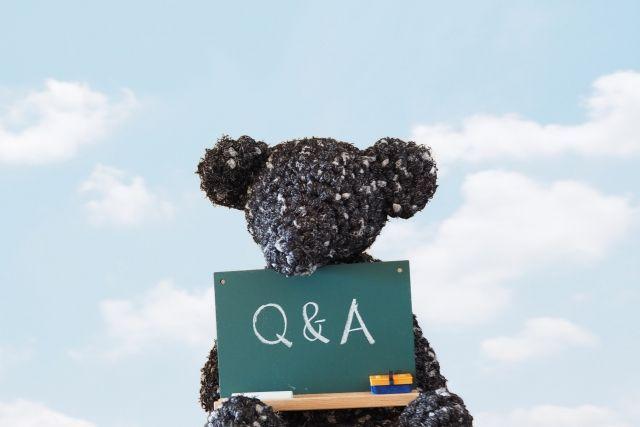 Q&Aと書かれた黒板を持った熊のぬいぐるみ