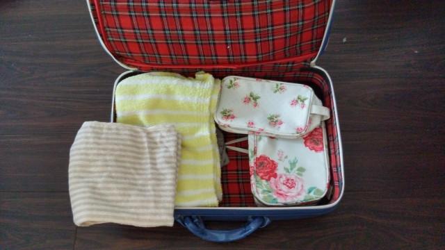 スーツケースの中にあるタオルとポーチ